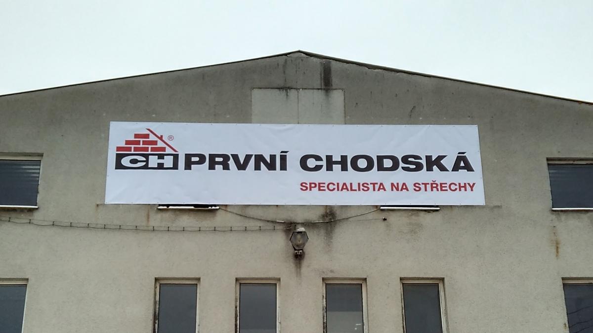 PRVNÍ CHODSKÁ - Banner na fasádě domu