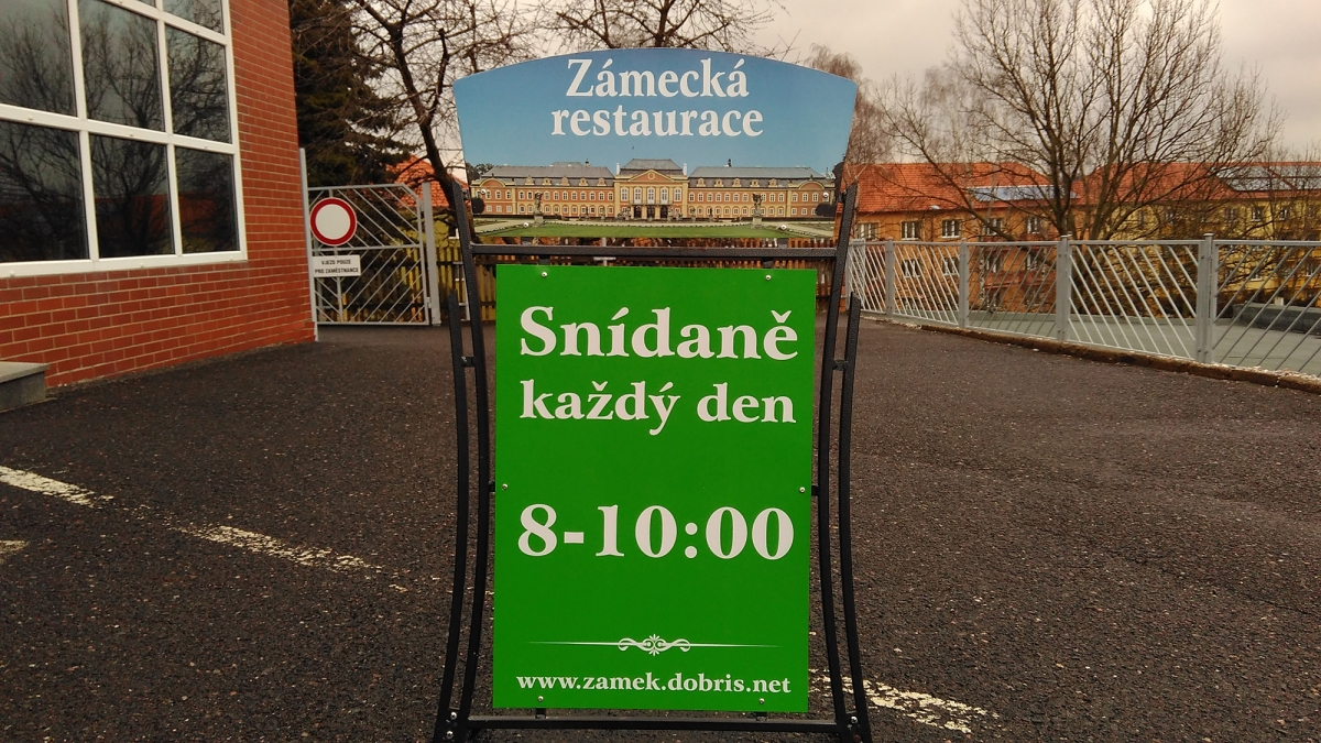 Zámecká restaurace Dobříš - Vstupní cedule